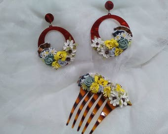 Set of earrings and comb on base of acetate color Carey and adorned with remillee of flowers of different colors, very flattering.