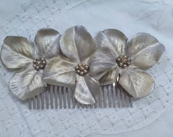 Peinecillo for the hair of hand-dyed silver flowers, it has a vintage air that makes it very flattering, it is light and easy to carry