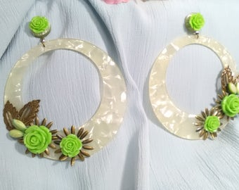 Flamenco earrings, made with ivory acetate rings and adorned with metallic details and resin flowers in pistachio green color