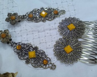 Set of earrings and peinecillo in old gold color and topped with yellow faceted stones. It is an elegant and original set