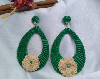 Flamenco earrings lined in Andalucia green velvet, adorned with a flower made with lace beige and topped with strach.