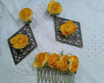 Old gold filigree earrings and peinecillo decorated with yellow flowers, has a vintage air that makes it very original