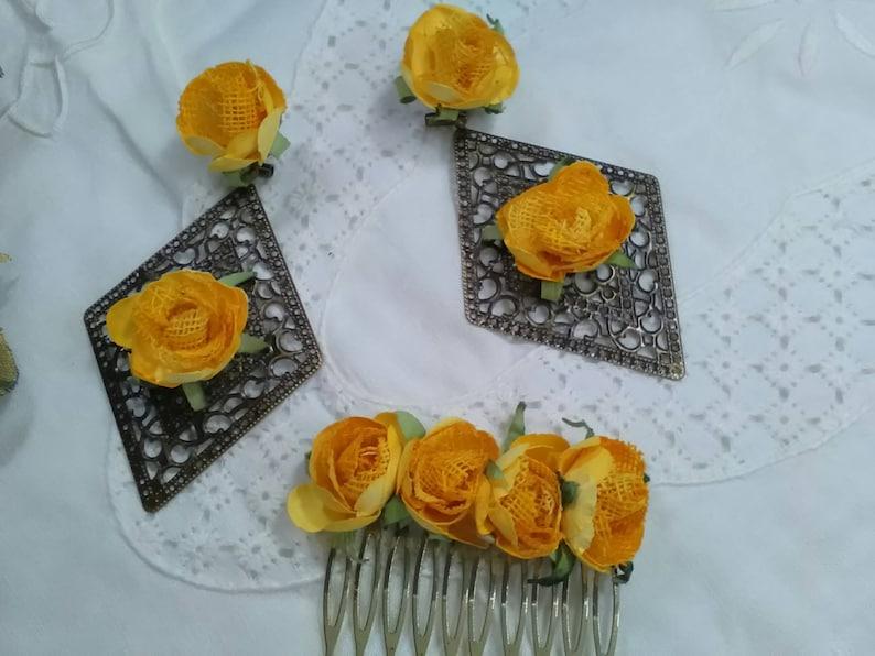 4a3a11ac161e Pendientes y peinecillo de filigrana color oro viejo decorados con flores  de color amarillo, tiene un aire vintage que le hace muy original