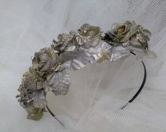 Headdress for hair in silver color, made on metallic headband, has a vintage air that makes it very flattering and is very light.
