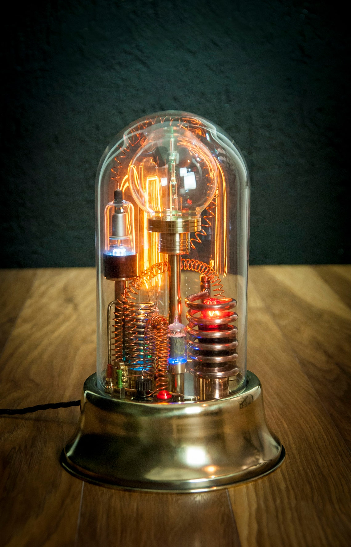 带有玻璃圆顶显示屏的蒸汽朋克灯艺术雕塑,带有图像0
