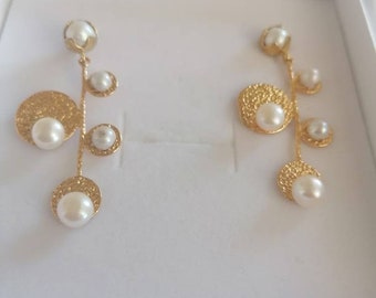 Pair of galvanized gold earrings and natural pearls