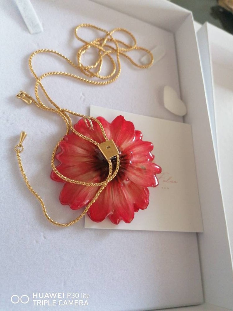 Real Italian daisies incorporated in resin and finished with ups and downs in galvanized gold or silver