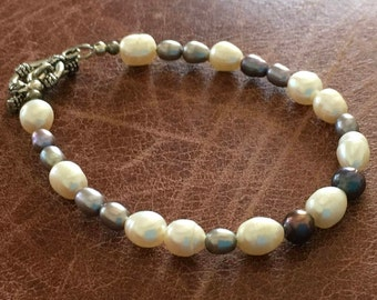 Gray and white cultured pear bracelet