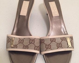 9d9027e7fb0 Vintage Gucci GG Monogram Canvas Leather Logo Beige Brown Slide Heel Sandal  Size 7