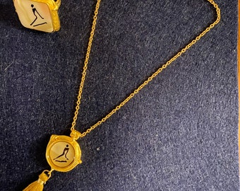 Cute short pendant necklace with magnetic clasp.