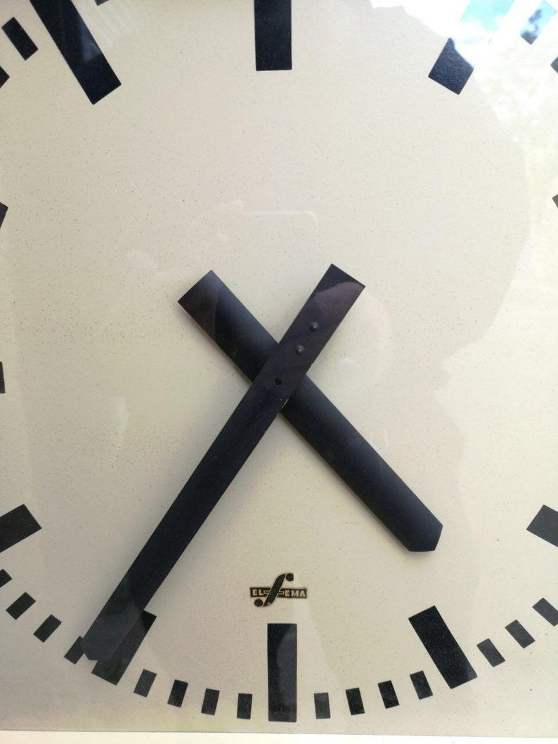 Grande usine industrielle est-allemande des années 1950 / Horloges de bureau par Elfema