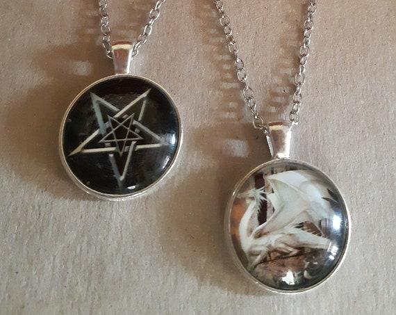 Sautoirs cabochon magie dragon blanc et pentacle amulette talisman