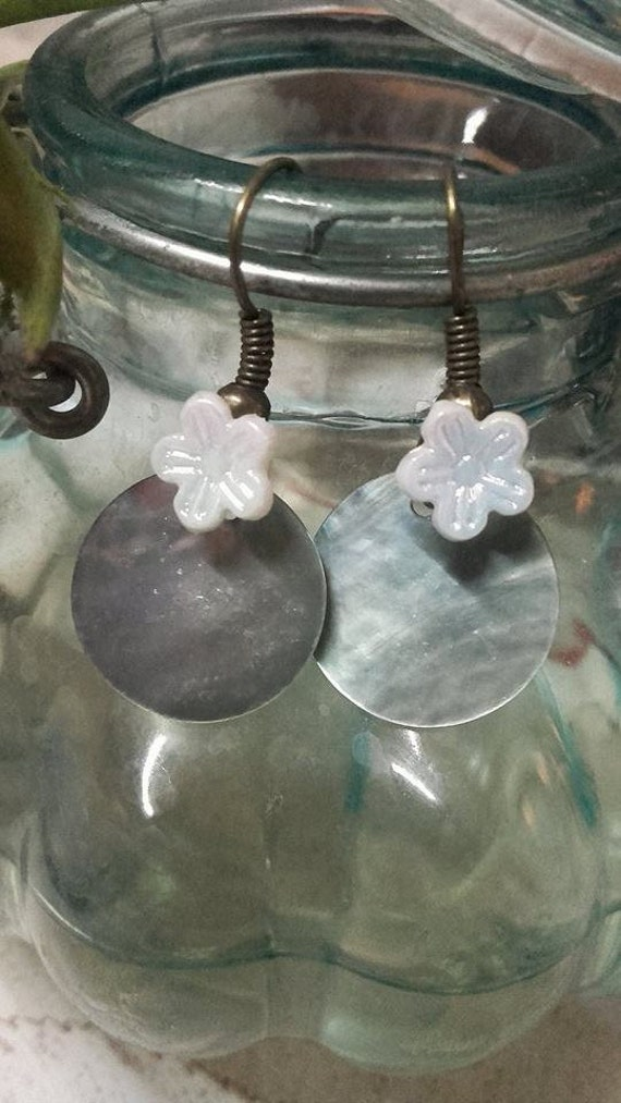 Dangle earrings mother of Pearl blue and iridescent flower