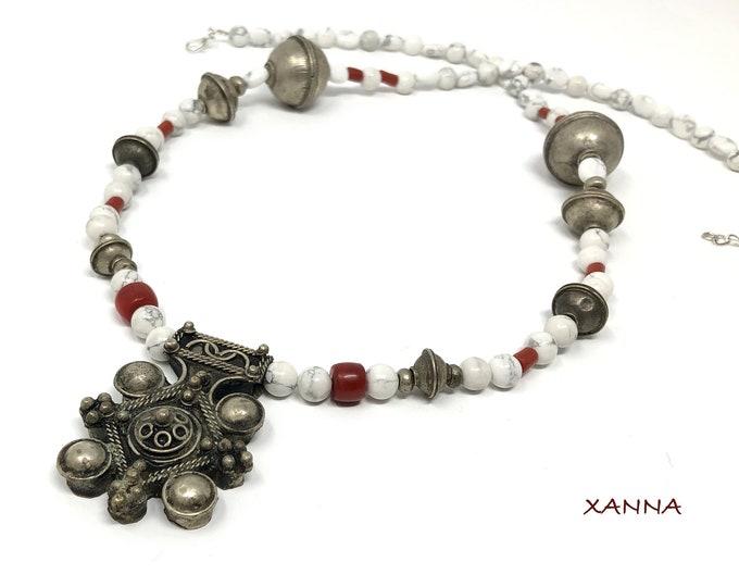 Tuareg Necklace Semi-precious/piedras/howlite, coral and grains Moroccan brass/Tuareg pendant/boho chic, elegant and casual