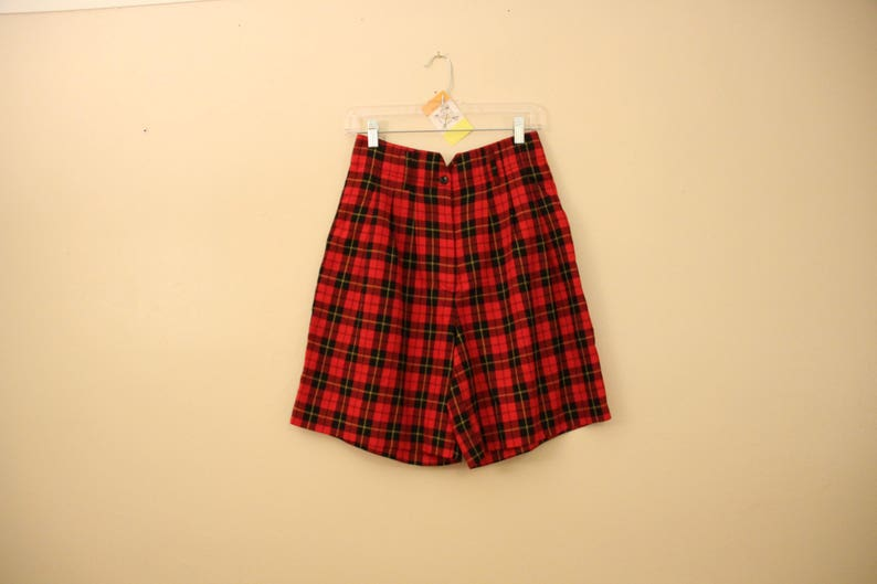 80s Era Vintage Pleated Red Plaid High Waist Shorts in Women/'s Size 8 with a 30 inch waist