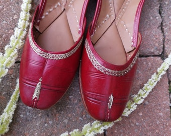 Classic Red jutti! Beautiful jutti in wine Red. Wedding Shoes / Khussa. Size 5.5 US