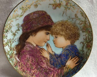 Knowles Edna Hibel Mother's Day 1988 Collector Plate - Sarah and Tess (#111)