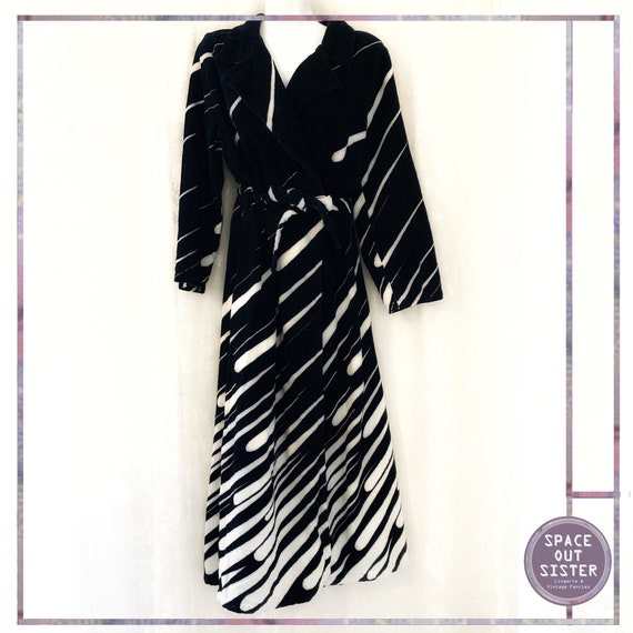 1970s Vintage Dynamic Monochrome Cotton Robe