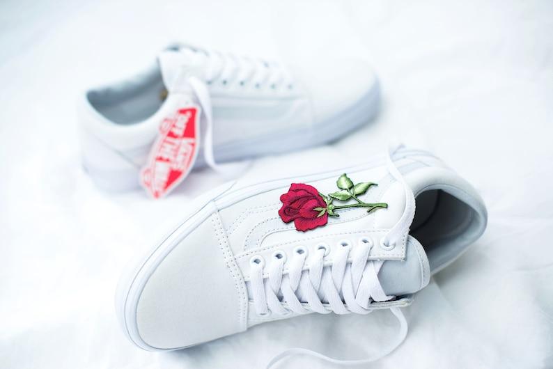 6b1fe3d98f87 VANS Old Skool sur mesure blanc-Big rose patch-toutes les
