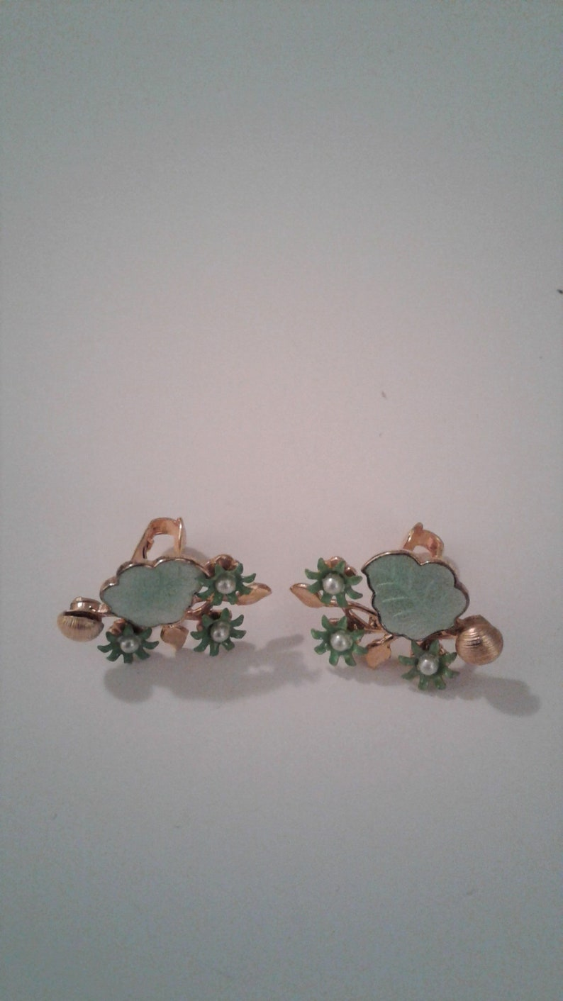Vintage Jewelry Set Beautiful Gold Tone Green Enamel Flower And Leaf Brooch and Clip On Earring