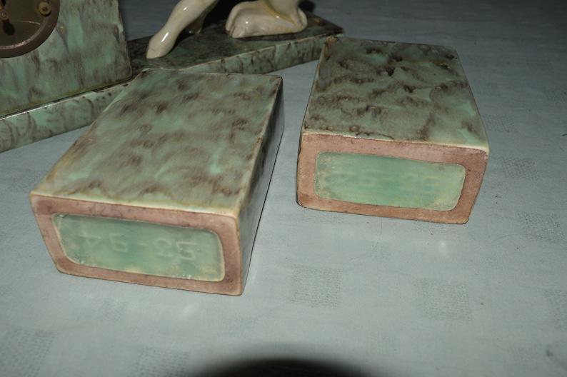 Art déco des années 1930 Horloge de cheminée vitrée en céramique avec garnitures - cerfs-Sarreguemines?