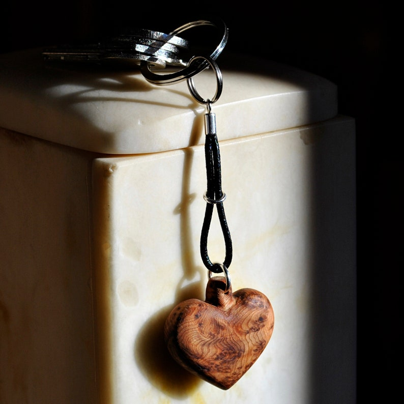 Heart key chain in juniper root silver and leather. Keychain image 0