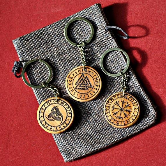 Porte-clés bois Viking gravée avec le triple corne d'Odin, Valknut et Vegvisir. Porte-clé personnalisé. Amulette de protection.