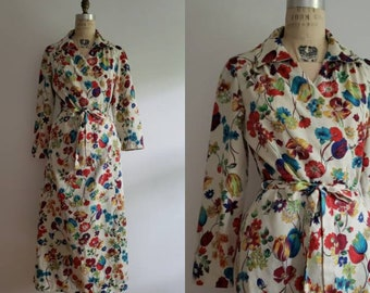 Vintage 70s, 1970s retro MOD flower power belted robe house dress, floral print wrap dress size medium M
