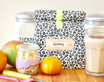 Breakfast to go, well packed for on the go, water repellent bag, leo black and white