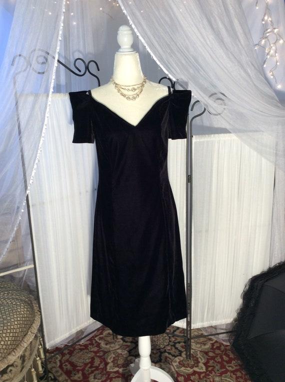 Vintage 1980 's Black rayon velvet, little black d