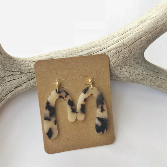 "Asymmetrical U-shape beige tortoiseshell earrings (2"")"