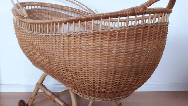 Schöne vintage rattan krippe wiege stubenwagen etsy