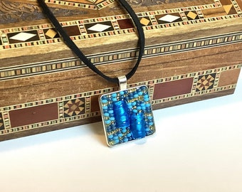 Pendant necklace in glass beads, mini blue and gold mosaic