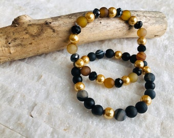 Assorted bracelets in natural stones, semi-precious agate stones, onyx and jade, faceted crystal beads, glass beads