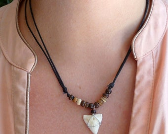 e1ad287bb25 Collier pendentif dent de requin véritable Handmade Real Shark Tooth  Necklace  Unique piece - One size fits most - Adjutable Cord