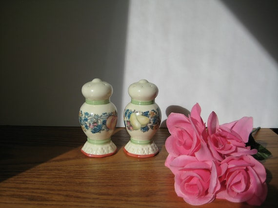 Pink Flowers /& Green Leaves Pattern Pfaltzgraff Bonnie Bray Salt And Pepper Shakers With Blue Tulips
