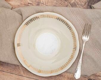 Piatto crema con greca in oro