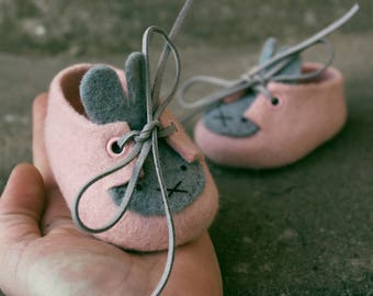 Baby felted shoes - Handmade Merino Wool Baby Booties - Baby shower gift - Easter Bunny Gift -First Easter Bunny Slippers - Pink Gray Shoes