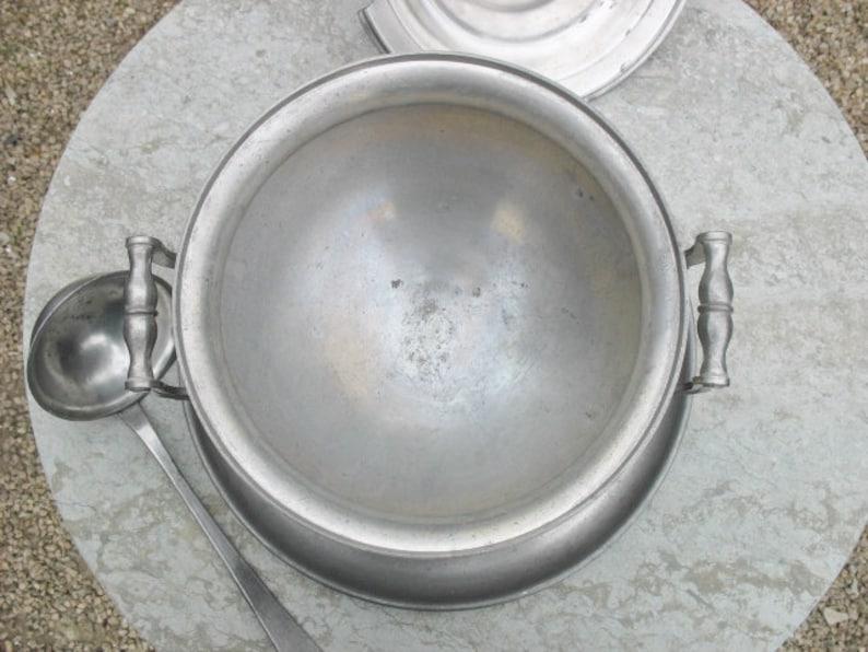 Un très beau millésime Français soupe d'étain Tureen avec plaque d'égoutte et louche originale et non polie