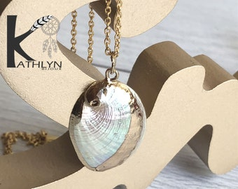Golden necklace with shell pendant