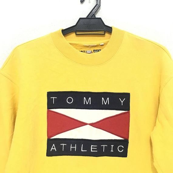 Vtg Tommy Hilfiger Athlétisme Gros Logo Drapeau Drapeau Logo Jaune
