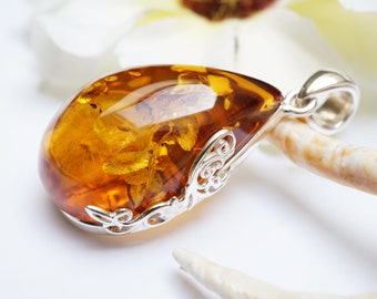 Natural Cognac Coloured Baltic Amber Leaf Shaped Necklace,Bernstein Pendant and Silver.925,Moderne Amber Jewelry Gift for Women,Gemstone