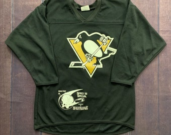 c51f2385f Vintage 90s Pittsburgh Penguins Black and Gold Jaromir Jagr 68# Jersey Size  Youth XL Space Camp Hockey NHL