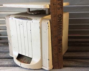Vintage Kitchen Scale. Universal. 24 LBS. Vintage Farmhouse White