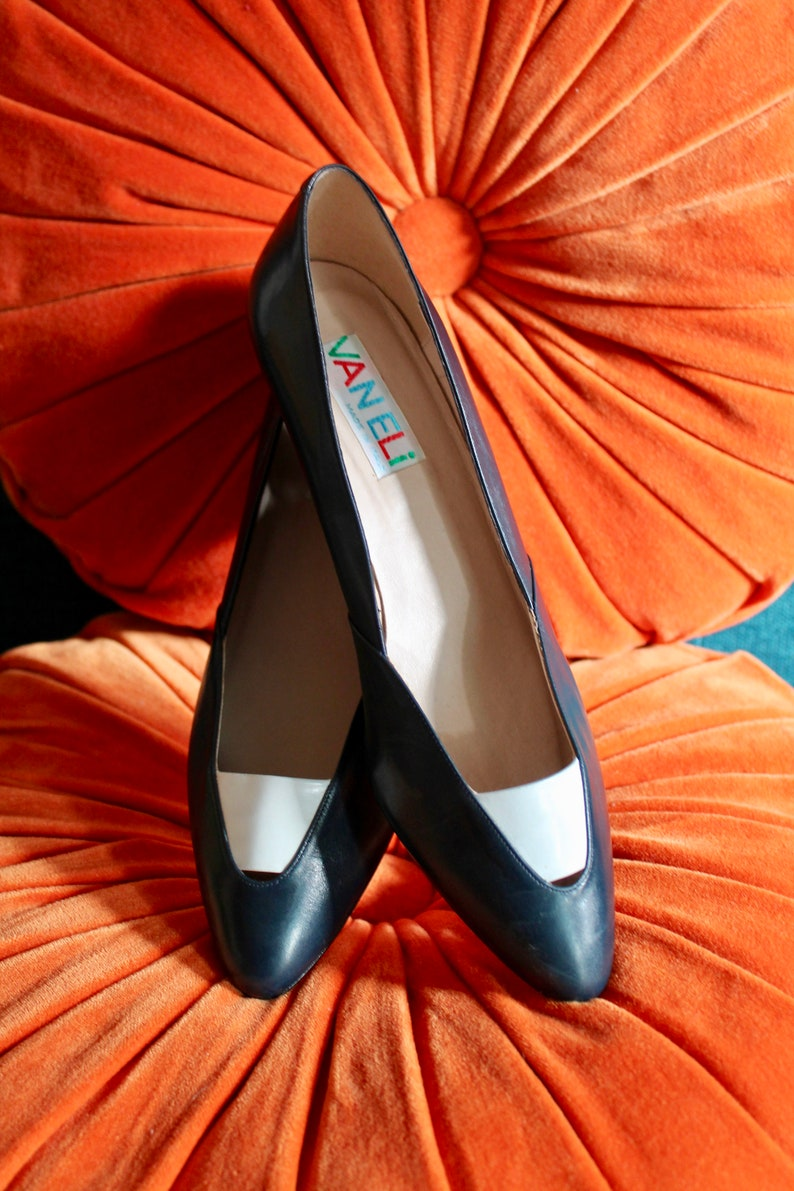 621a83141da30 Vintage Vanelli Navy White Pointed Toe Low Stacked Heels Size 8.5 M