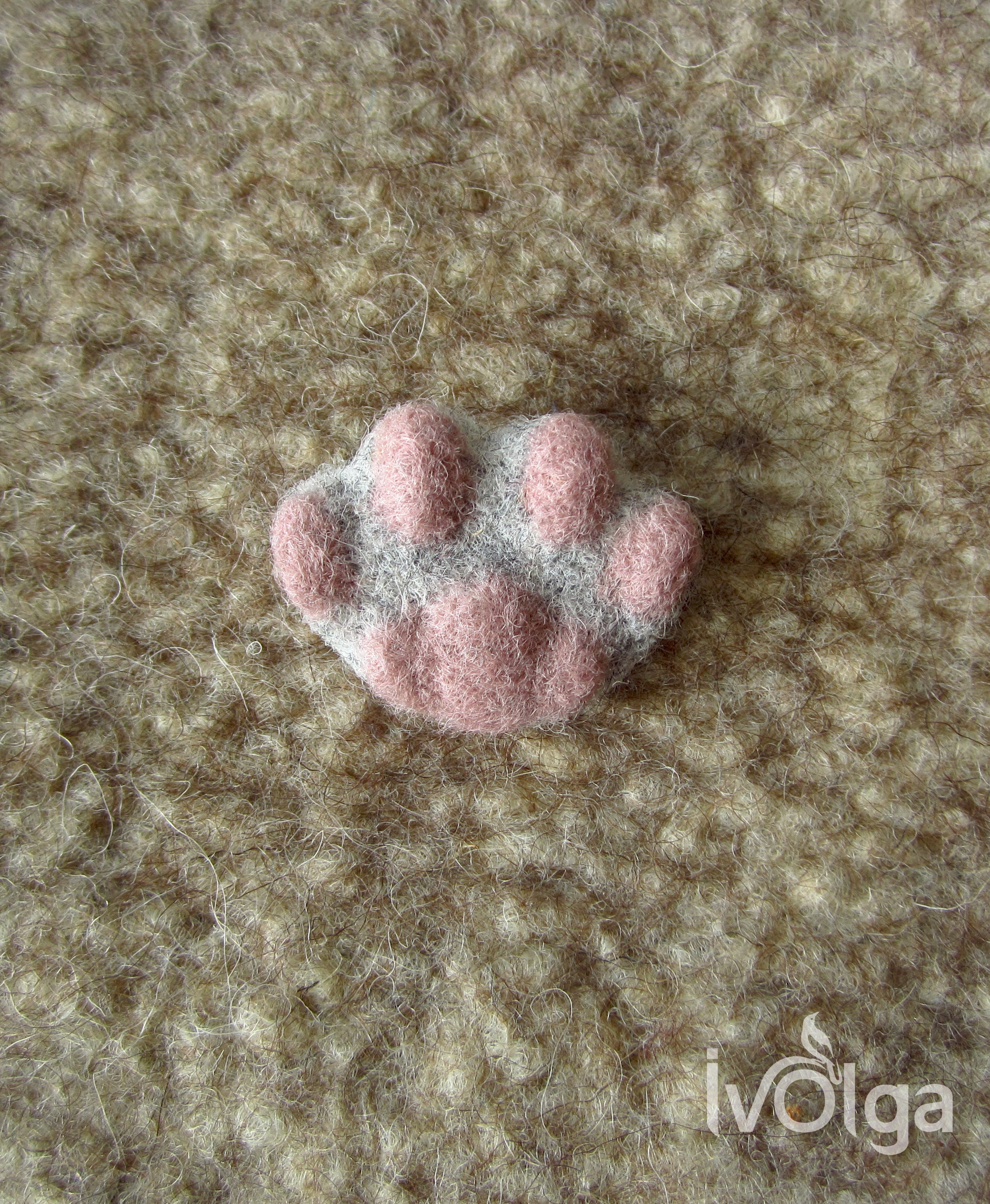 White Cat/'s Paw Brooch Needle Felted Wool Lapel Pin with Pink Toebeans