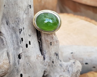 Bicolor! Hand-forged 925 silver with striking lyre sizes peridot with 585 gold wire around frame