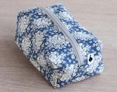 Sminkepung, blå med hvite blomster