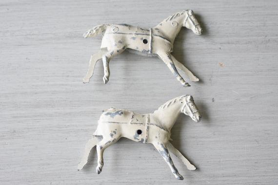 Deux chevaux de Miniature en métal blanc attachés à l'origine à jouet très détaillé Miniatures rétro et Vintage pour enfants jeux et jouets