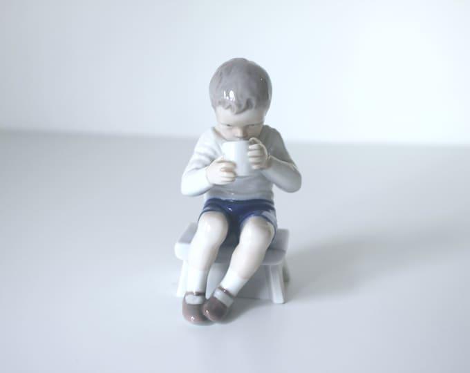 B&G Victor, Sitting boy drinking milk figurine (1713) by Ingeborg Plockross-Irminge